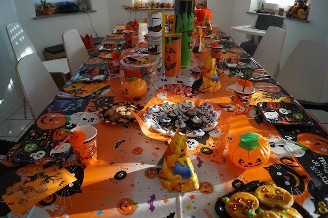 halloween tisch mit deko