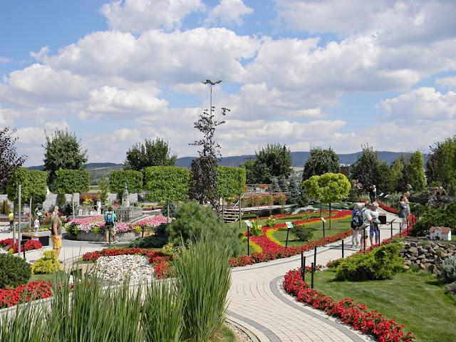 Kłodzki park miniatur tonie w kwiatach.
