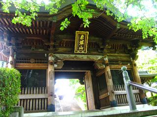 金剛力士の阿吽像が待ち構える仁王門の写真