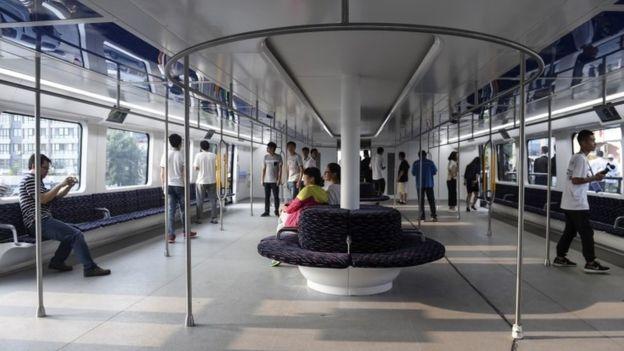 Bus 'Straddling' China Mencapai Hambatan Akhir