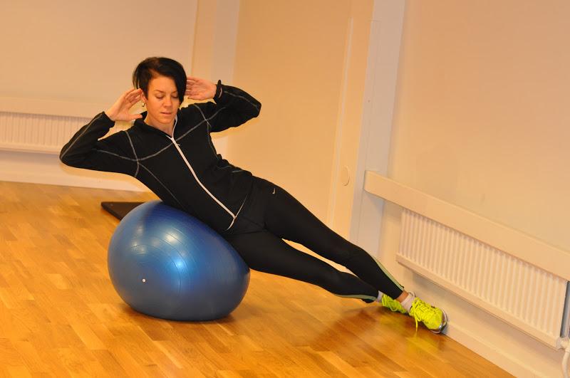 övningar pilatesboll rygg