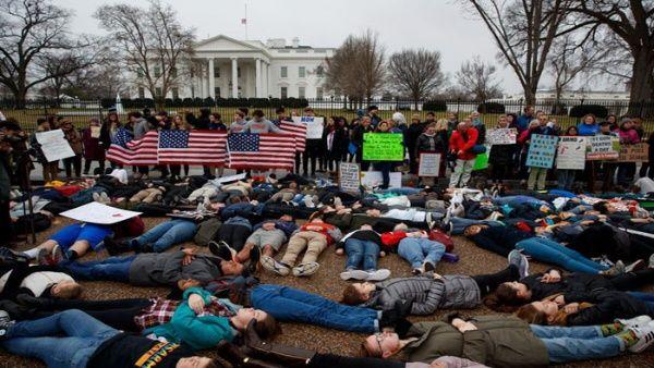 Estudiantes exigen mayor control de armas en EE.UU.
