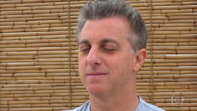 Luciano Huck medita na edição natalina da 'Árvore dos Desejos'