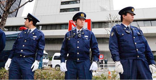 Um passageiro paraplégico e uma companhia aérea de baixo custo chegaram às manchetes internacionais depois que o homem, incapaz de usar suas pernas, teve que rastejar pelas escadas do avião que embarcava no Aeroporto de Amami.  A companhia foi obrigada a pedir desculpas, e prometeu melhorar seus serviços para passageiros com deficiências físicas. Mesmo assim, o debate no Japão se focalizou mais na questão da legitimidade das queixas do passageiro do que nos problemas de acomodação e discriminação enfrentados por viajantes deficientes.
