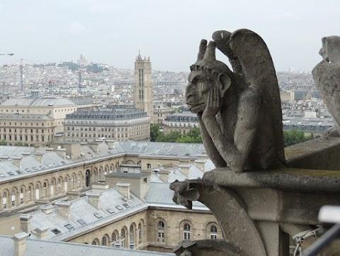 Leemelték és felújításra elszállították a párizsi Notre Dame huszártornyát díszítő szobrokat