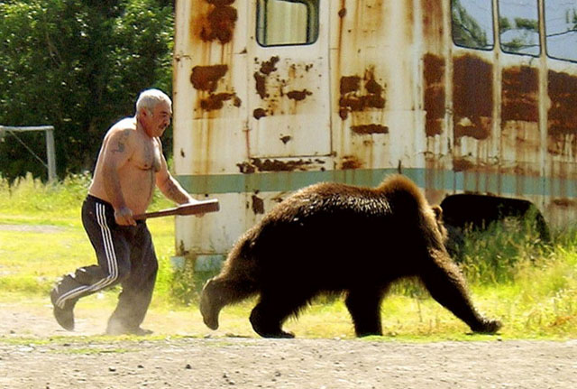 Imagen divetida de hombre y oso