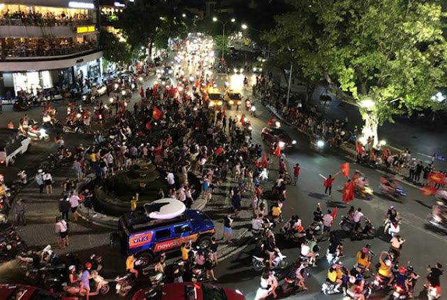 Vietnam streets overflow as football fans go to town over Asian Games history 3