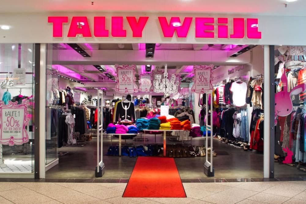 La commessa del negozio di abbigliamento vuole farti annusare le sue mutandine usate - 1 4