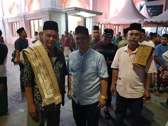Shalat Tarawih di Masjid Agung Ummul Qura, DBR Digilir Warga Foto Bersama