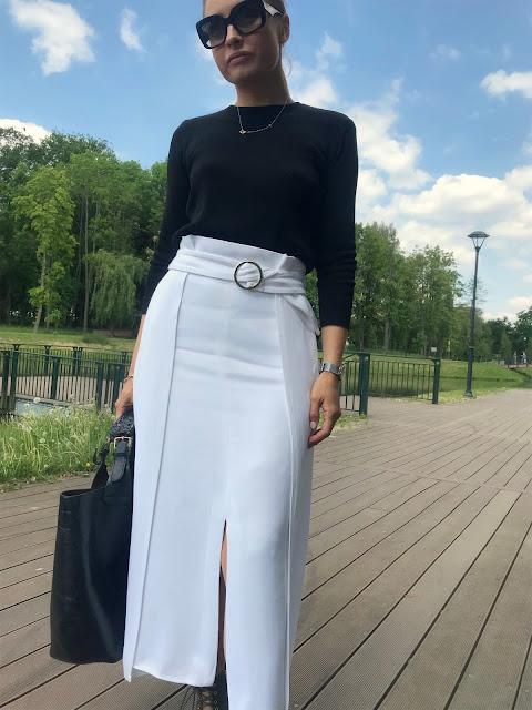 Wiosenna stylizacja - black and white spódnica Massimo Dutti biała czarna bluzka sweter Zara prada okulary przeciwsłoneczne buty khaki Dee Zee spódnica o ciekawej formie szpilki sznurowane torebka shopper Bag zara stylizacja stylowe połączenie czerń i biel klasyczne ponadczasowe francuski szył styl prosty outfit
