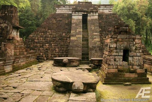 Черепахи каменные В центральной части острова Ява в Индонезии, на склонах горы Лаву, примерно в 40 км к востоку от города Соло, находится храмовый комплекс Канди(чанди) Сукух. Особенностью этого комплекса является тот факт, что в его центральной части возвышается ступенчатая пирамида. Эта подлинная ступенчатая пирамида, как считают ученые, была построена в 1437 г. н.э. Согласно ее описанию, она считается «древней эротической пирамидой острова Ява», а сам храм- храмом любви. Храмовый комплекс украшен каменной резьбой ваянг индусского происхождения. Считается, что слово «канди», происходит от слова «Чандика» — одного из названий богини смерти Дурги, сотворившей смерть красной расе гигантам Ассиям. Красная раса подверглась наибольшему изменению: изначально ее представители имели смуглую кожу, стального цвета глаза и золотистые с бронзовым отливом волосы. Храмовый комплекс Канди Сукух - индуистский храм на острове Ява, в Индонезии, построенный в виде ступенчатой пирамиды. Храм расположен на западном склоне горы Лаву на высоте 900 метров. Храмовый комплекс Канди Сукух относится к пятнадцатому веку, а его центральная пирамида, по мнению историков, была сооружена в 1437-м году. Архитектура весьма необычная для Индонезии - это единственный храм такого рода на территории страны. Ступенчатая пирамида полностью идентична пирамидам народа майя из центральной Америки и как так получилось остаётся тайной.