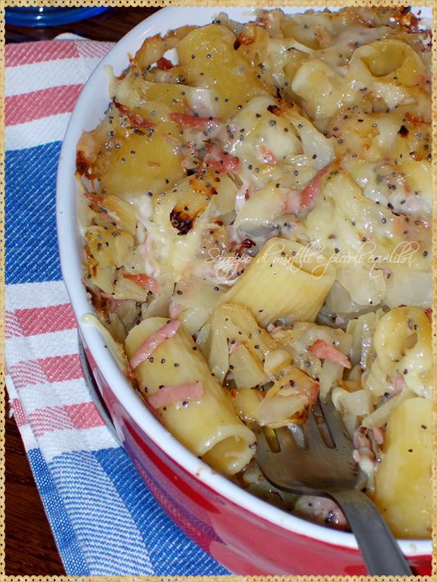 Rigatoni al forno con cavolo cappuccio, mortadella e semi di papavero