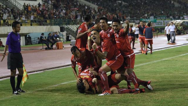 Para pemain Persija Jakarta merayakan gol Marko Simic ke gawang PSMS Medan pada leg pertama semifinal Piala Presiden 2018 di Stadion Manahan, Solo, Sabtu (10/22018). Persija menang 4-1.