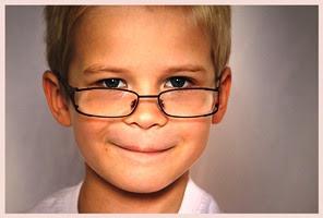 anak pintar dan cerdas pakai kaca mata