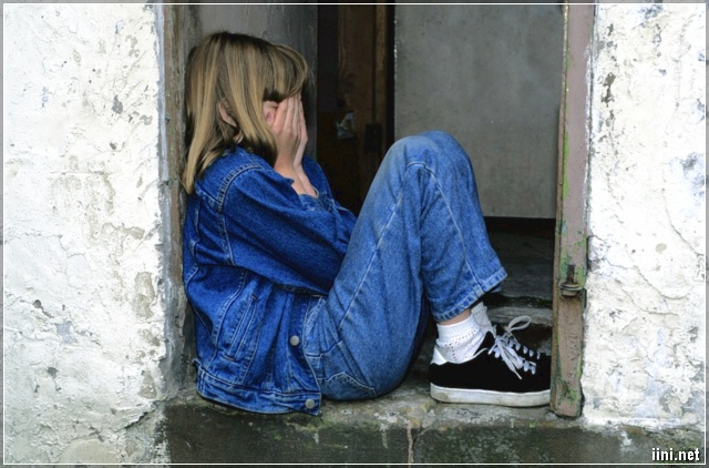 ảnh cô gái khóc vì tình buồn
