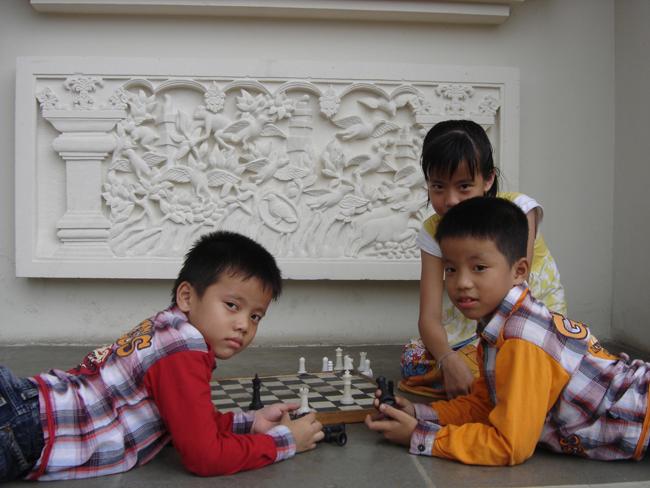 Niños juegan al ajedrez