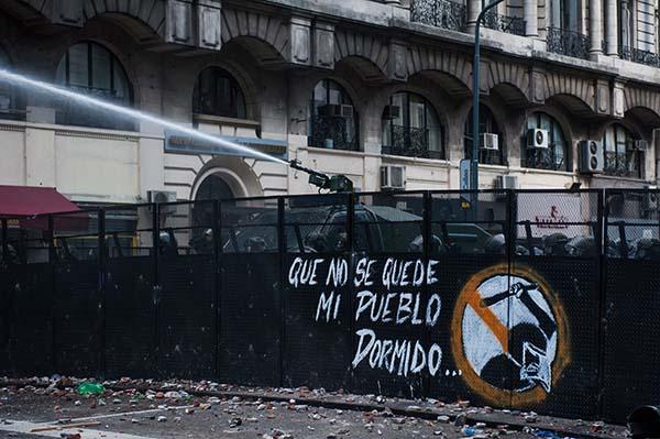 Carros hidrantes, vallas y represión en manifestaciones populares