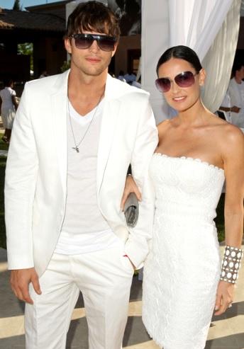 Foto de Demi Moore con vestido de blanco con Ashton Kutcher