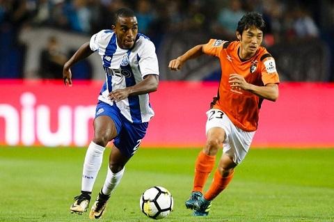 Ricardo Pereira rất quyết liệt trên sân bóng