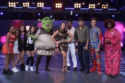 Na foto da esquerda para a direita, com Patricia Abravanel no centro,  os covers do Little Mix, Shrek, João Paulo e Daniel, Alcione e David Bowie  Crédito: Leonardo Nones/SBT