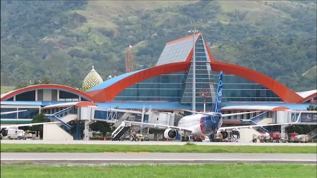 Peserta APEC Parkir Pesawat di Bandara Sentani