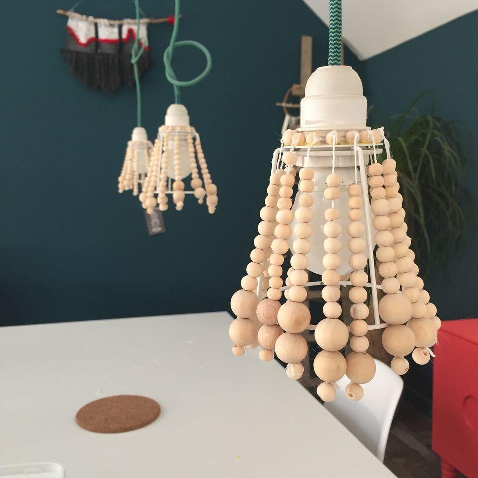 diy suspension en perles de bois caract rielle. Black Bedroom Furniture Sets. Home Design Ideas