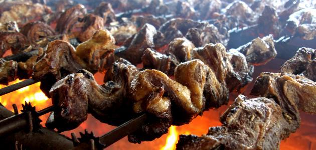 طريقة شوي اللحم على الفحم