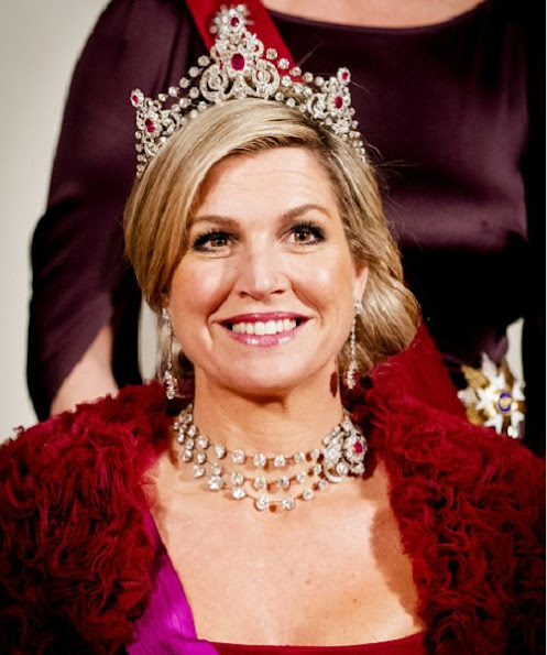 Queen Maxima wears the tiara Mellerio Rubies and wore Jan Taminiau Gown. Queen Mathilde wearing a new powder pink gown with long sleeves by Pierre Gauthier. Princess Beatrix wears Diamond Bandeau tiara. Jewelry Princess Margriet, Princess Laurentien wearing a dark brown dress Talbot Runhof.
