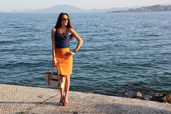 narandzasta suknja teget top bez sandale bes tasna