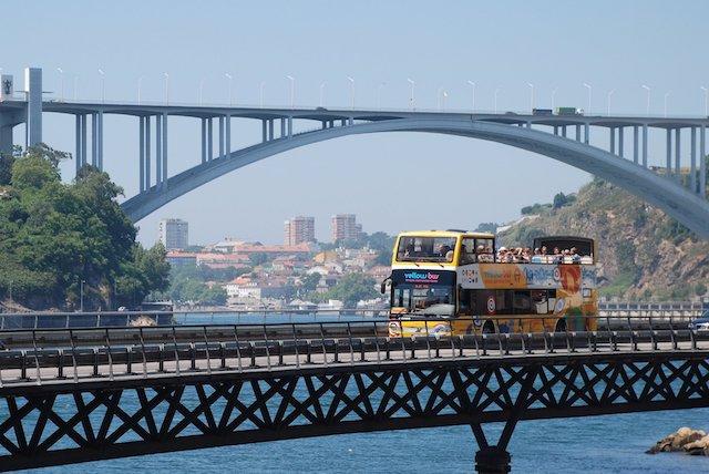 Passeio de ônibus pelas pontes do Rio Douro
