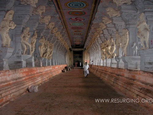 "The impressing corridors of the huge Ramanathaswamy Temple, which is also called ""the thousand pillared temple""."