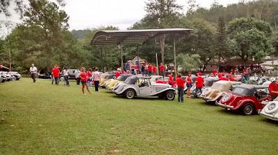 O jardim do Parque Doutor Octavio de Moura Andrade ficou repleto de carros exóticos.