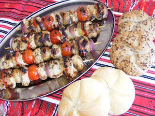 retete bucataria romaneasca reteta frigarui la gratar cu carne de curcan si legume,