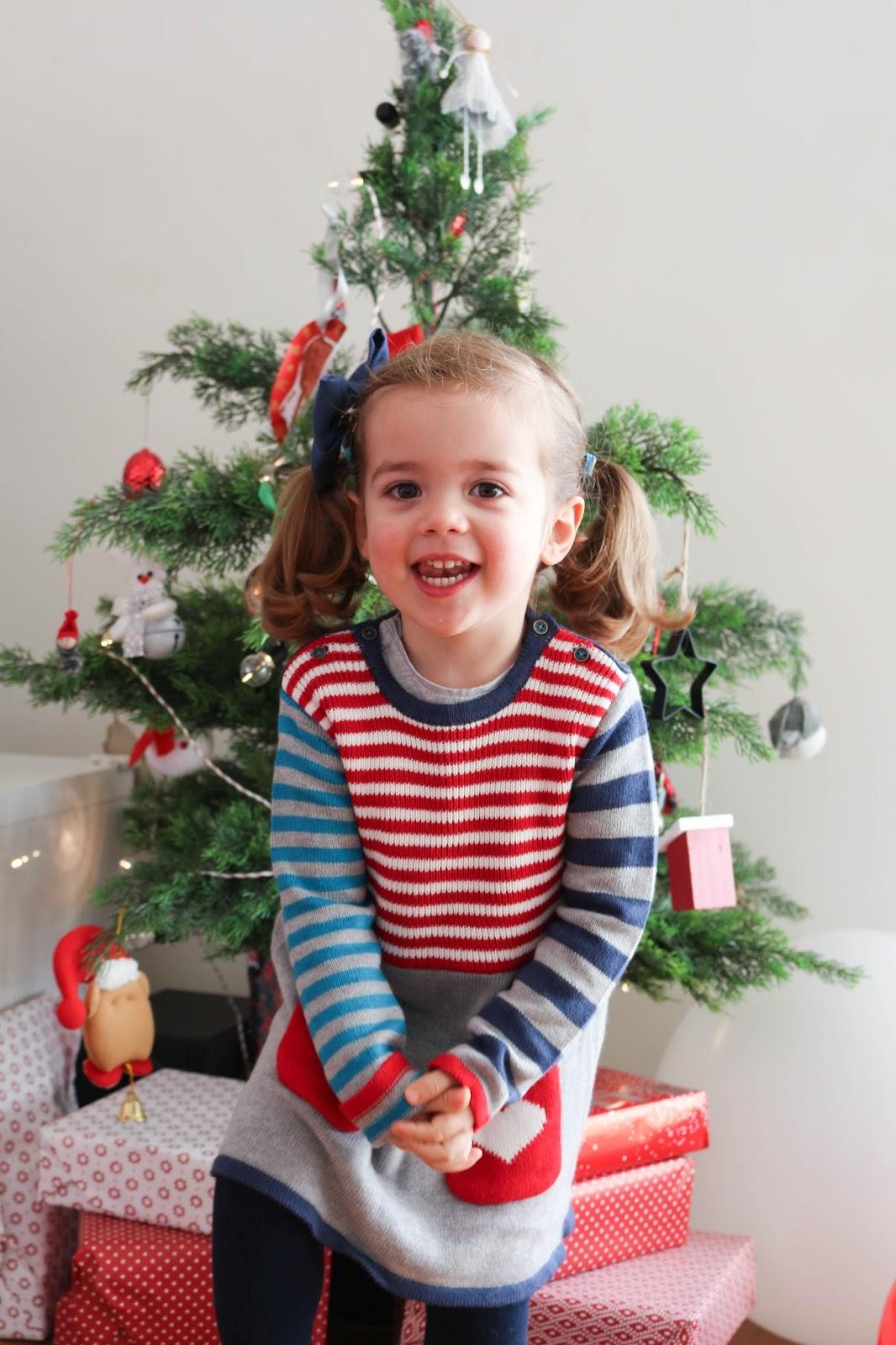 Irene em frente à árvore de Natal