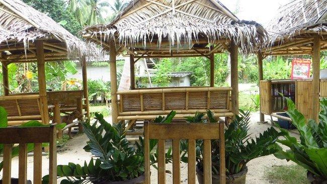 Бамбуковая мебель в кафе