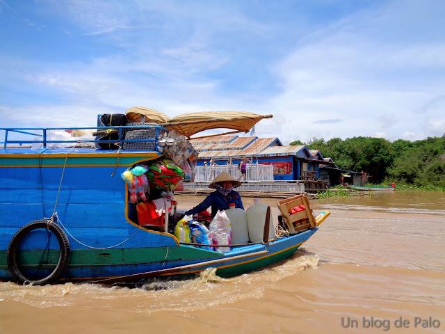 Tienda flotante en Chong Kneas (Camboya)
