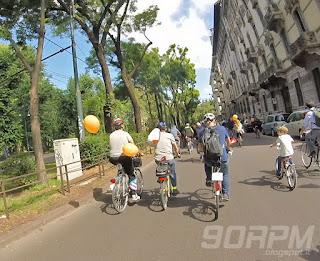 Cyclopride Milano, le vie sono tutte per noi: vigili e polizia fermano le macchine negli incroci in modo da lasciarci passare indisturbati