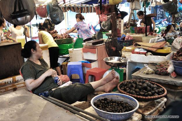 hanoi-street-market-vietnam