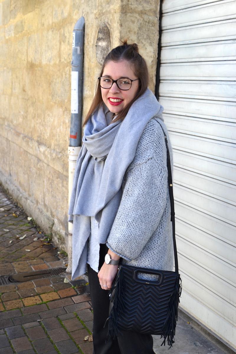 gilet en laine Pretty Wire, chemise grise Uniqlo, écharpe grise Zara, sac M Maje noir