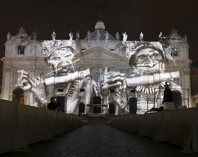 "Show ""Fiat Lux"" projetado sobre a basílica de São Pedro enfatizou a meta tribalista panteísta miserabilista contida na COP21 e na carta ""Laudato Si"