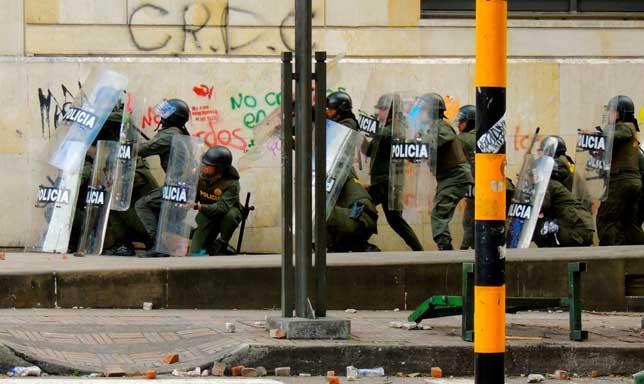 Policías forales entre el frontis y la pared