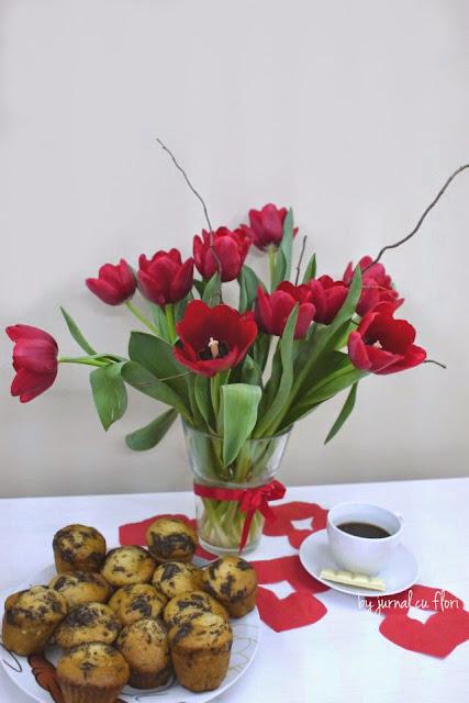 aranjament lalele rosii si briose de post cu ciocolata