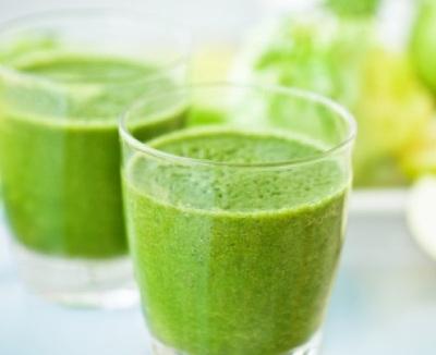 """Glowing Green Smoothie for Radiant Skin.  """"Smoothie ini memberi energi, vitamin, dan mineral untuk kulit kulit tampak muda, dan bersinar."""" -Kim Snyder, nutrisionis dan penulis di Dr.Oz.com"""