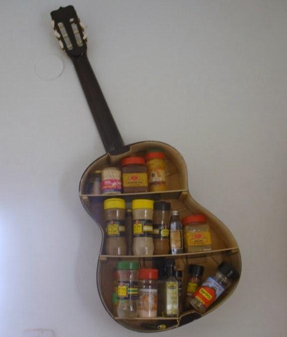 Redecorar una guitarra como estanteria para la cocina