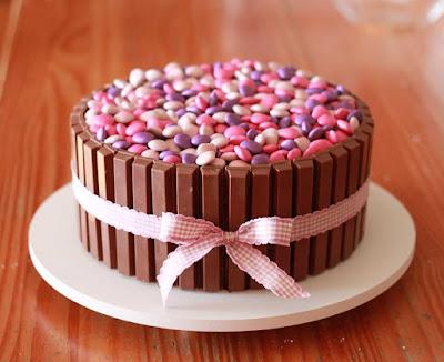 ideia bolo aniversario simples decorar decoração cobertura como faz fazer dica niver festa feminino mulher menina menino adulto infantil homem masculino facil kit kat confete
