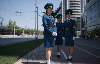 Γυναίκες τροχονόμοι στην Β. Κορέα. Η εικόνα που λατρεύουν όλοι οι τουρίστες. (ΒΙΝΤΕΟ)