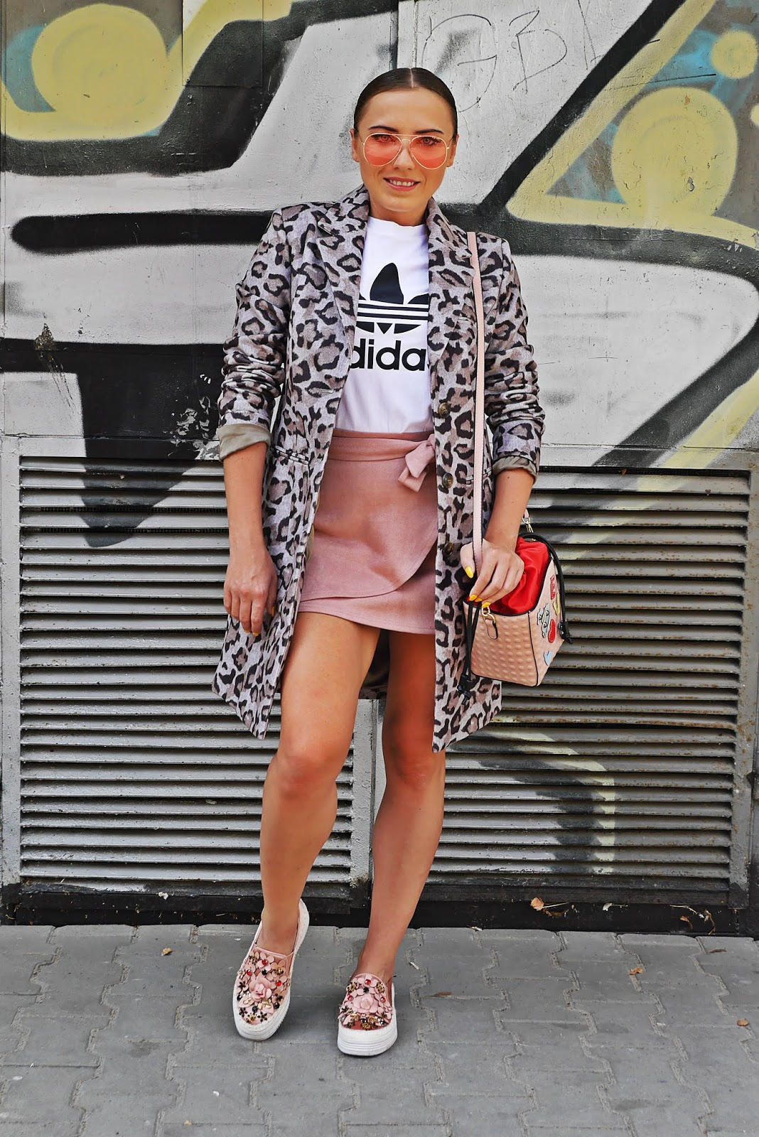 greay leo print jacket pink skirt white t-shirt adidas karyn blog modowy