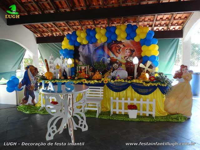 Decoração em mesa decorativa de tecido tema A Bela e a Fera  para festa de aniversário infantil