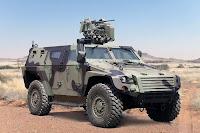 Toprak bir arazide Kobra 2 askeri zırhlı aracı