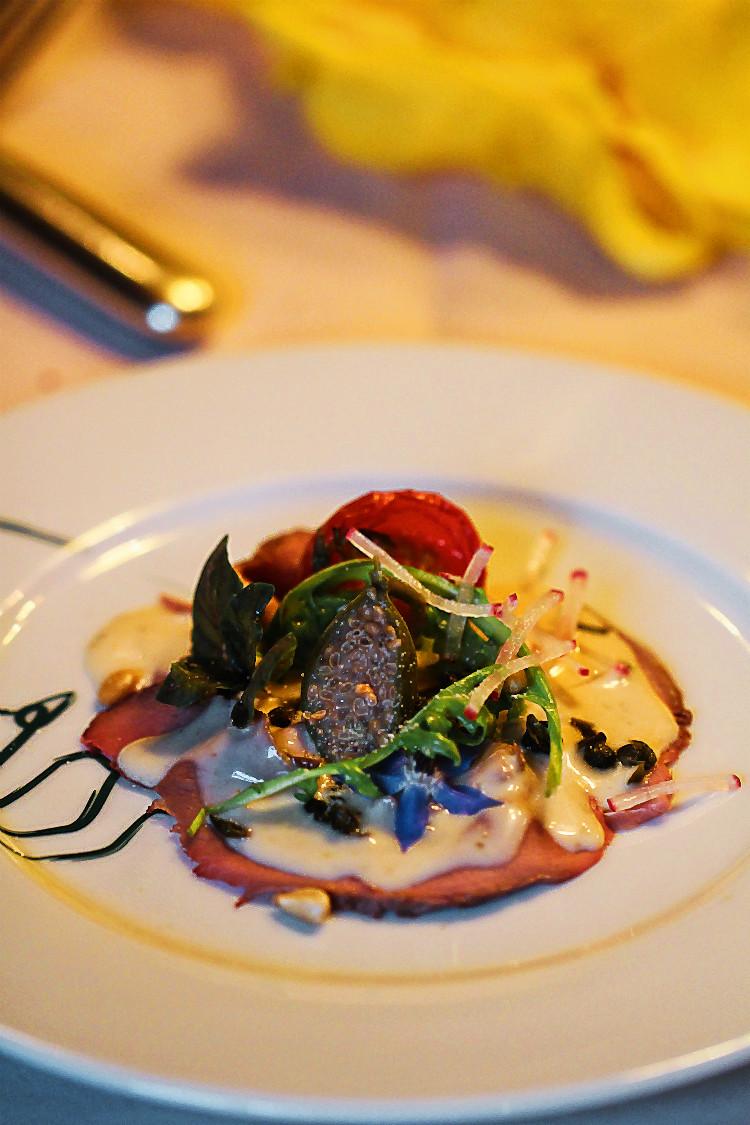 Vitello Tonnato vom Rehnüssle mit zweierlei Kapern und kleinem Salat | Arthurs Tochter kocht. von Astrid Paul. Der Blog für food, wine, travel & love